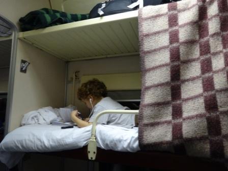 Calvin sur la couchette du haut.